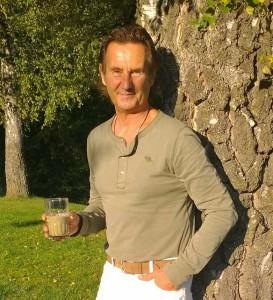 Ralf Brosius mit grünem Smoothie