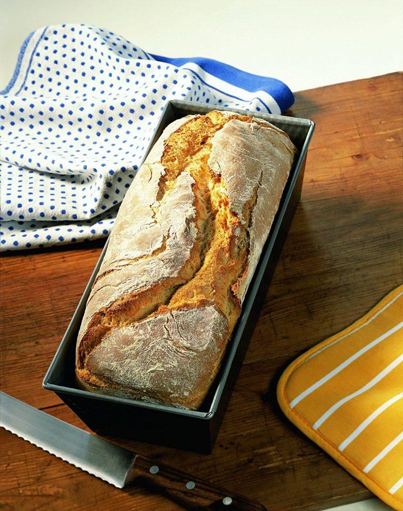 Getreide selber mahlen, Teig kneten und in die Brotbackform geben