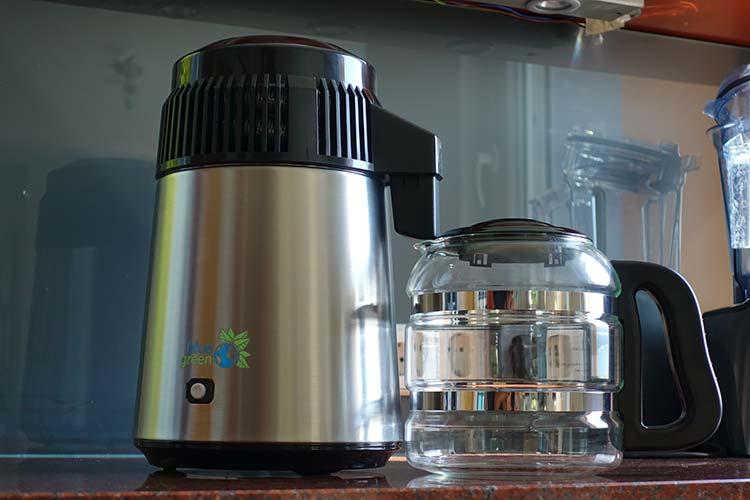 blue green Wasserdestilliergerät Water Pro in der Küche Optik